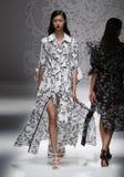 Een model loopt de baan in Blumarine toont tijdens Milan Fashion Week Spring /Summer 2018 royalty-vrije stock afbeeldingen