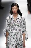 Een model loopt de baan in Blumarine toont tijdens Milan Fashion Week Spring /Summer 2018 stock fotografie