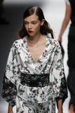 Een model loopt de baan in Blumarine toont tijdens Milan Fashion Week Spring /Summer 2018 stock foto