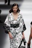 Een model loopt de baan in Blumarine toont tijdens Milan Fashion Week Spring /Summer 2018 stock afbeeldingen
