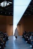 Een model loopt de baan in Derek Lam Fashion Show tijdens MBFW-Daling 2015 Royalty-vrije Stock Foto's