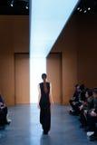 Een model loopt de baan in Derek Lam Fashion Show tijdens MBFW-Daling 2015 Stock Foto's