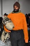 Een model loopt de baan die N dragen Hoolywood Stock Foto's