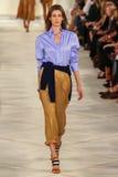 Een model loopt de baan die Ralph Lauren Spring 2016 dragen tijdens de Manierweek van New York Stock Foto