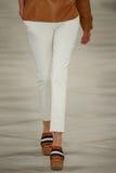 Een model loopt de baan die Ralph Lauren Spring 2016 dragen tijdens de Manierweek van New York Stock Fotografie