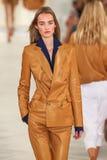 Een model loopt de baan die Ralph Lauren Spring 2016 dragen tijdens de Manierweek van New York stock afbeelding