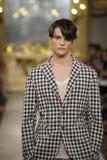 Een model loopt de baan tijdens Cristiano Burani toont als deel van Milan Fashion Week stock foto