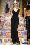 Een model loopt de baan tijdens Fisico Christina Ferrari toont Royalty-vrije Stock Afbeeldingen