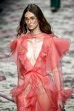 Een model loopt de baan tijdens Gucci toont stock afbeeldingen