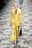 Een model loopt de baan tijdens Gucci toont royalty-vrije stock fotografie