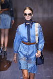 Een model loopt de baan tijdens Gucci toont als deel van Milan Fashion Week Royalty-vrije Stock Foto's
