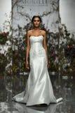 Een model loopt de baan tijdens Morilee door de bruids modeshow van Madeline Gardner Spring 2020 stock afbeelding