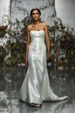 Een model loopt de baan tijdens Morilee door de bruids modeshow van Madeline Gardner Spring 2020 royalty-vrije stock foto