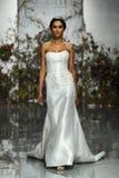 Een model loopt de baan tijdens Morilee door de bruids modeshow van Madeline Gardner Spring 2020 stock fotografie