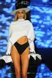 Een model loopt de baan voor Baes en Bikinis tijdens de Paraiso-Maniermarkt stock afbeeldingen