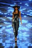 Een model loopt de baan voor Baes en Bikinis tijdens de Paraiso-Maniermarkt royalty-vrije stock afbeeldingen