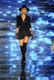 Een model loopt de baan voor Baes en Bikinis tijdens de Paraiso-Maniermarkt royalty-vrije stock fotografie