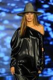 Een model loopt de baan voor Baes en Bikinis tijdens de Paraiso-Maniermarkt royalty-vrije stock foto