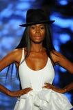 Een model loopt de baan voor Baes en Bikinis tijdens de Paraiso-Maniermarkt stock fotografie