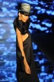 Een model loopt de baan voor Baes en Bikinis tijdens de Paraiso-Maniermarkt royalty-vrije stock afbeelding