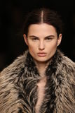 Een model loopt in Sally LaPointe Fashion toont tijdens MBFW-Daling 2015 Stock Foto