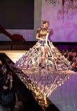 Een model toont een kleding van de glaspantoffel stock afbeeldingen