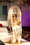 Een model toont een verwezenlijking door Jovian Mandagie stock foto