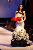 Een model toont een verwezenlijking door ontwerper Melvin Lam stock foto