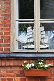 Een model van boot in een venster Stock Foto