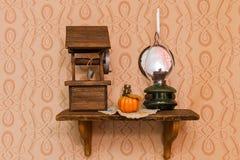 Een model van putten van houten en oude lamp royalty-vrije stock fotografie