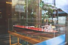 Een model van rood olietankerschip in de showcase Stock Fotografie
