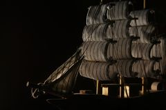 Een model van schip in de omhoog aangestoken schaduw met één kant royalty-vrije stock foto
