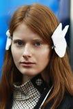 Een model wordt gezien de coulisse voor Annakiki tijdens Milan Fashion Week Spring /Summer 2018 toont Stock Afbeelding