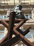 Een modern beeldhouwwerk van ijzerstralen en jong Taras Shevchenko die een boek van gedichten houden stock afbeeldingen