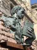 Een modern beeldhouwwerk van jong Taras Shevchenko die een boek van gedichten houden stock foto