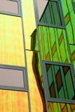 Een modern bureau-gebouw, dat met gekleurde het nadenken muur wordt uitgerust Stock Foto's