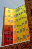 Een modern bureau-gebouw, dat met gekleurde het nadenken muur wordt uitgerust Stock Foto