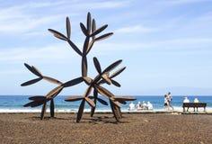 Een modern cactusbeeldhouwwerk in staal bij het strand in Playa DE Las Amerika in Tenereiffe Stock Fotografie