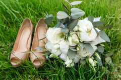 Een modern huwelijksboeket met de bruidsmeisjes Bruidtoebehoren Royalty-vrije Stock Fotografie
