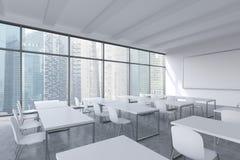 Een modern panoramisch klaslokaal met de mening van Singapore Witte lijsten en witte stoelen Royalty-vrije Stock Afbeeldingen