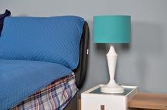 In een modern slaapkamerbed, hoofdkussens en bedlampen stock fotografie