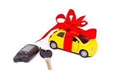 Een moderne auto met een rode boog en sleutels Stock Afbeeldingen