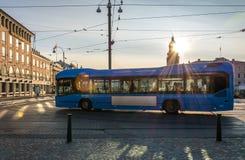Een Moderne Blauwe Samengeperste Aardgascng Van brandstof voorzien Bus Stock Foto's