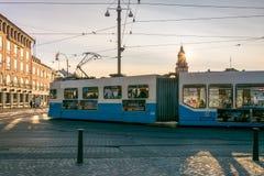Een Moderne Blauwe Tram in Gothenburg met Zonsondergang op de Achtergrond Royalty-vrije Stock Afbeeldingen