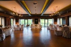 Een moderne die banketzaal met floristry wordt verfraaid Huwelijkslijst DE Stock Fotografie