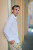 Een moderne jonge mens op een vage straatachtergrond Een ernstige kerel in lichte de zomeroverhemd en kulassen Verschillende 3d b Royalty-vrije Stock Fotografie