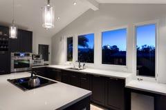 Een moderne keuken in een luxehuis Stock Afbeeldingen