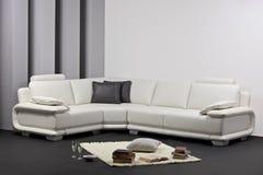Een moderne minimalistische woonkamer stock afbeelding