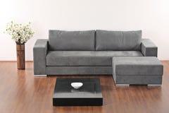 Een moderne minimalistische woonkamer Stock Afbeeldingen