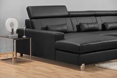 Een moderne minimalistische woonkamer met meubilair Stock Foto's